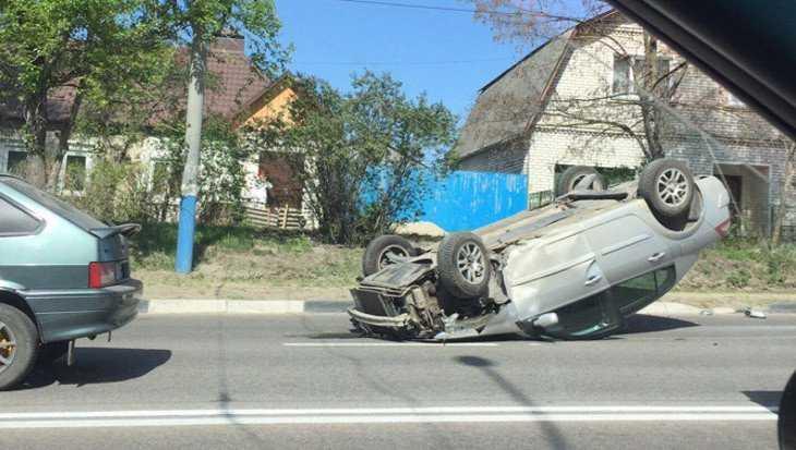 В Брянске на Городищенской горке перевернулся легковой автомобиль