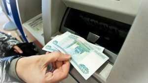 Жительница трубчевского села забрала чужие деньги из банкомата