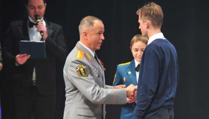 В Брянске школьника наградили медалью за спасение тонувшего мальчика