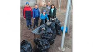 Дятьковская семья очистила от мусора детскую площадку