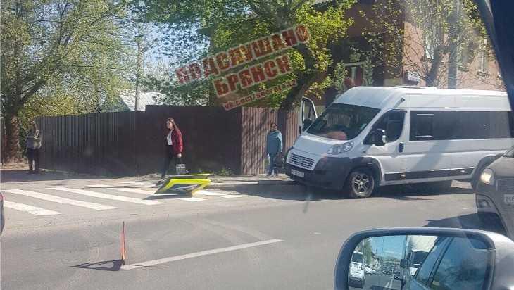 В Брянске на проспекте Станке Димитрова маршрутка сбила дорожный знак