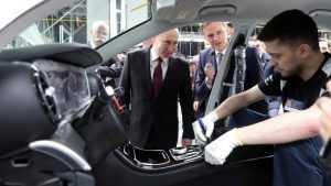 Путин расписался на первом Mercedes российской сборки