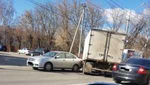 В Брянске на проспекте Станке Димитрова столкнулись Nissan и грузовик