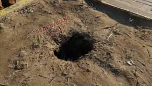 В Брянске возле памятника Летчикам ребенок провалился в яму