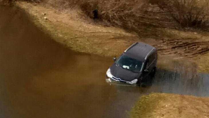 В Брянске в Десне под Литейным мостом утонул автомобиль