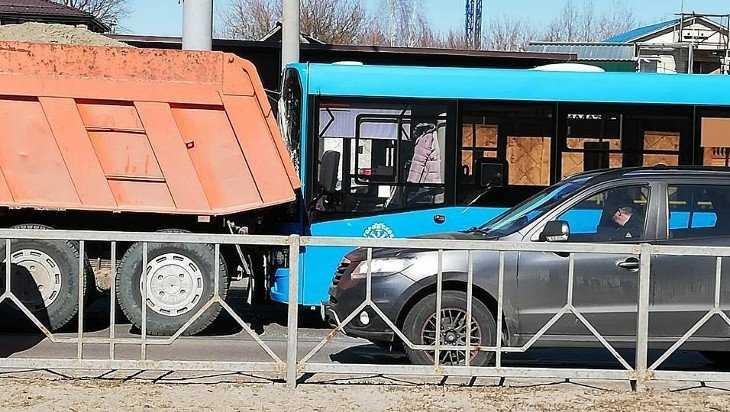В Брянске автобус столкнулся с КамАЗом