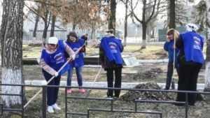 Молодогвардейцы привели в порядок парк и улицы в посёлке Суземка