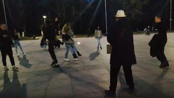 В Брянске на Кургане публика пустилась танцевать рок-н-ролл