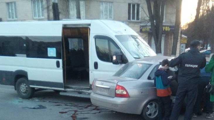 В Брянске возле Бежицкой почты маршрутка протаранила легковушку