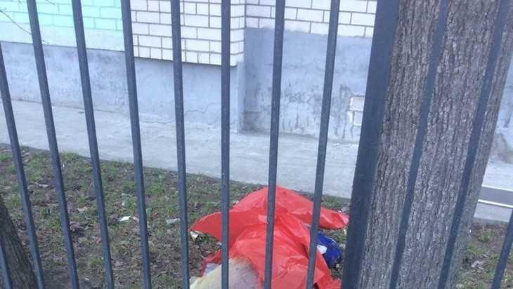 В Брянске из окна многоэтажки выпал и погиб мужчина