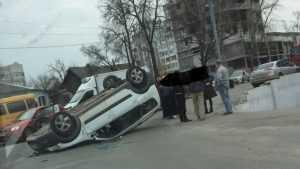 В Брянске у Бежицкого универмага после ДТП перевернулся автомобиль