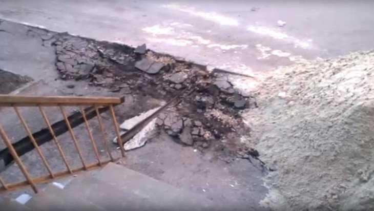 В Брянске строители привезли на «танке» песок для ремонта дома