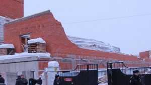 В Брянске обязали снести опасный самострой возле Центрального рынка
