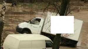 Хлебовозка на полдня застряла в луже на улице Медведева в Бежице