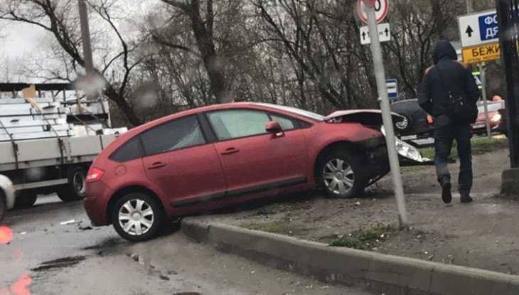 В Брянске на улице Речной иномарка вылетела на тротуар