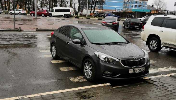 В Брянске водитель иномарки припарковался на пешеходном переходе