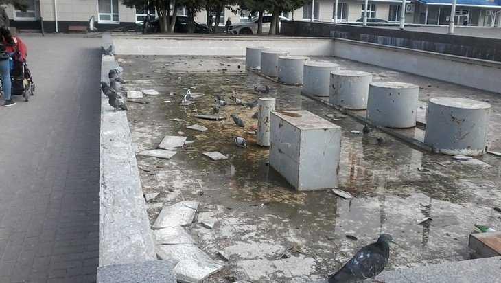 На площади партизан в Брянске стал разрушаться старый фонтан