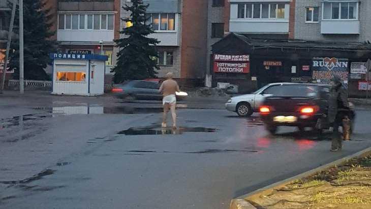 В Брянске возле больницы №1 утром прогулялся голый мужчина