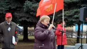 В городе Фокино прошел малозаметный митинг под красными знаменами