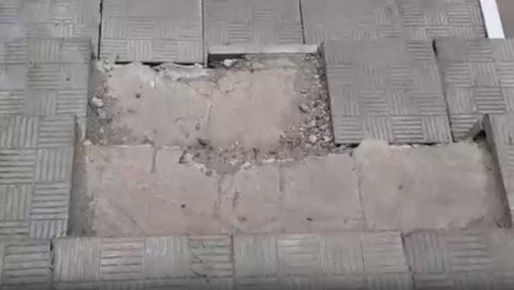 В Белых Берегах сняли видео опасной лестницы в магазине