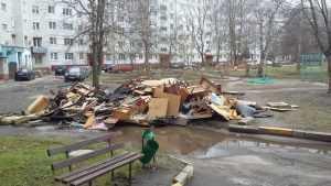 В Брянске возле многоэтажки выросла гора строительного мусора
