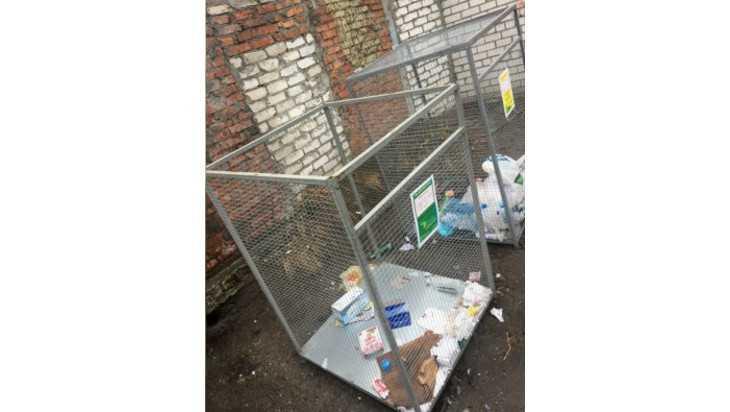 В Брянске с контейнеров для раздельного сбора мусора украли крышки