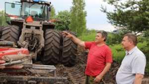Брянская компания не смогла найти тракториста на зарплату в 80 тысяч