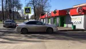Жители Брянска набросились на водителя иномарки за парковку на тротуаре