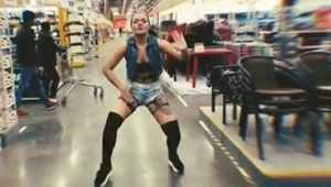 В брянском гипермаркете «Лента» девушка устроила жаркие танцы