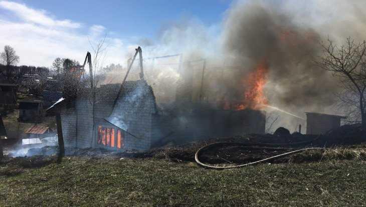 В Брянске дачный дом взорвался и сгорел из-за сухой травы