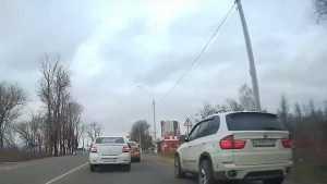 В Брянске водитель BMW показал «лохам», как надо гонять по обочинам