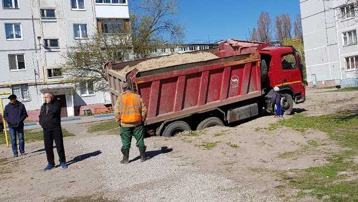 Грузовик с песком провалился под землю во дворе Брянска