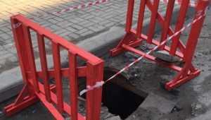 В центре Брянска огородили опасный люк возле магазина