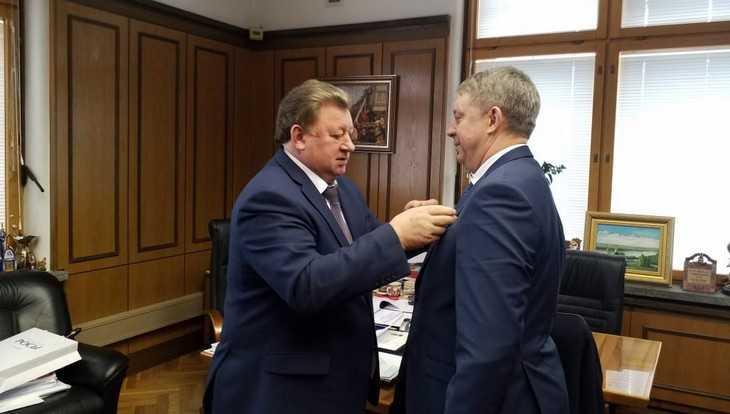 Заместитель главы КПРФ Кашин вручил награду губернатору Брянщины
