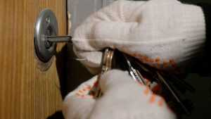 У жительницы комаричского села Апажа из дома украли кошелек