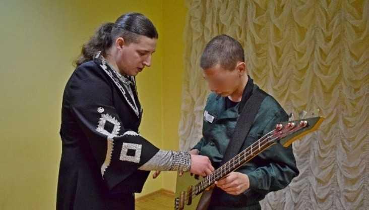 В брянской колонии музыканты научили юных зеков игре на балалайке