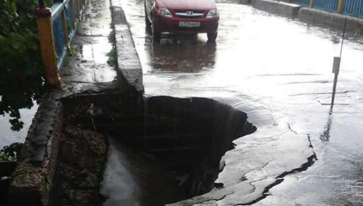В Сураже Брянской области после дождя обвалился мост