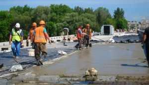 В Брянске на Первомайском мосту завершают укладку выравнивающего слоя
