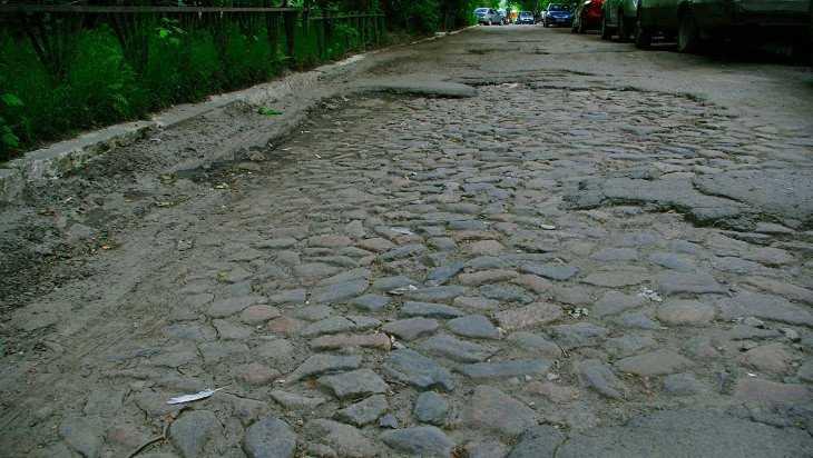 В Брянске на улице Бузинова обнаружилась старая булыжная мостовая