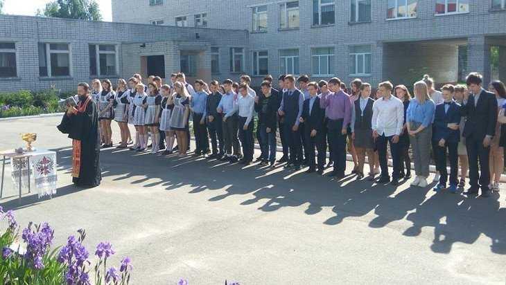 В Дятьковской гимназии перед экзаменами священник совершил молебен