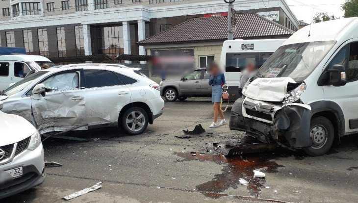 В Брянске в массовом ДТП пострадали четыре пассажира маршрутки