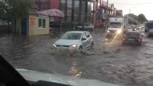 В Клинцах проливной дождь затопил многие улицы