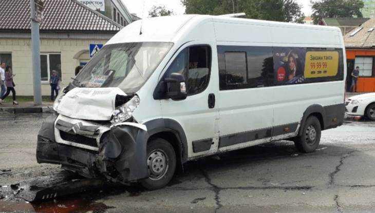 В Брянске в ДТП с маршруткой пострадали трое взрослых и ребенок