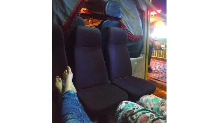 Девушка с босыми ногами на сиденье маршрутки разозлила брянцев