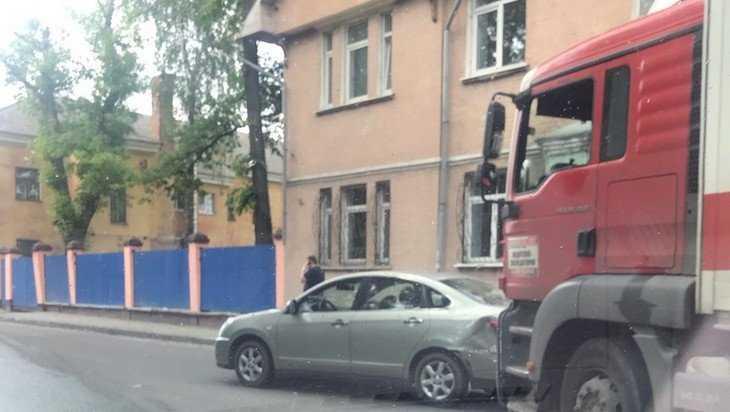 В Брянске грузовик протаранил легковушку перед железной дорогой