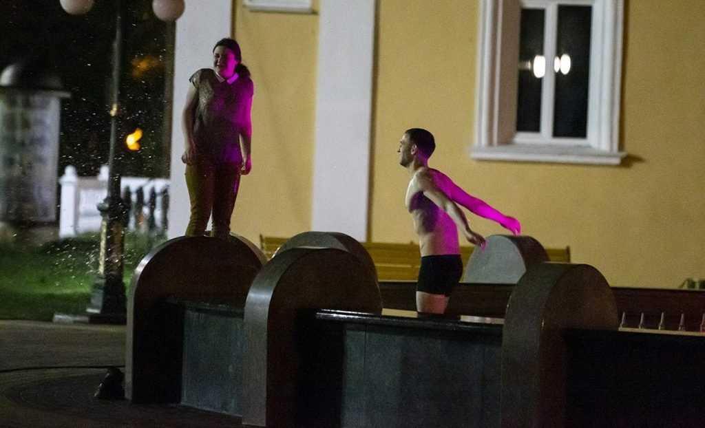 Купание влюблённых брянцев в фонтане запечатлел тайный фотограф