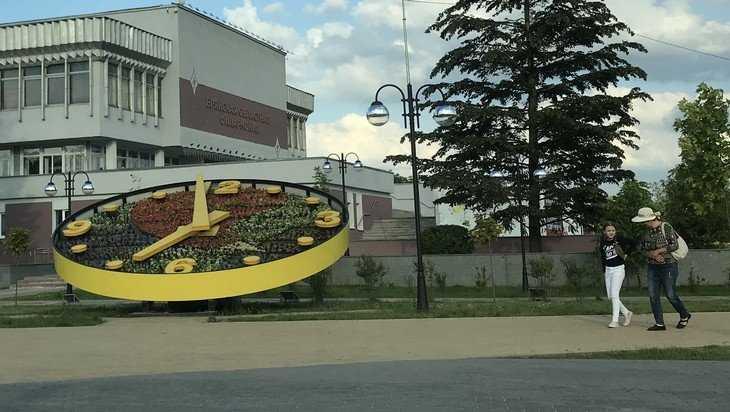 В Брянске на Славянской площади запустили часы с новыми цветами