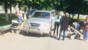 В брянском сквере возмущенные молодые мамы встали на пути автомобиля