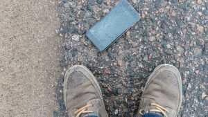 В Брянске вор с досады разбил украденный дорогой и бесполезный телефон