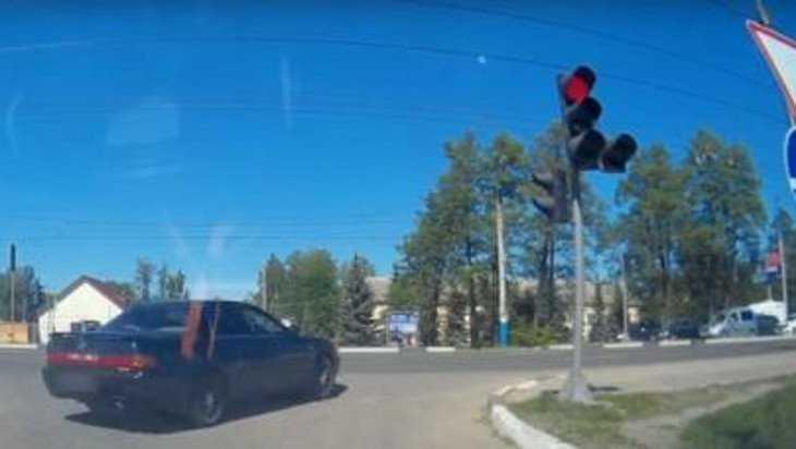 Дерзкого брянского водителя наказали за проезд на красный сигнал